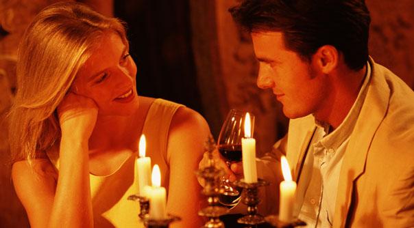 romantic-dinner-couple-candlelight-604x334